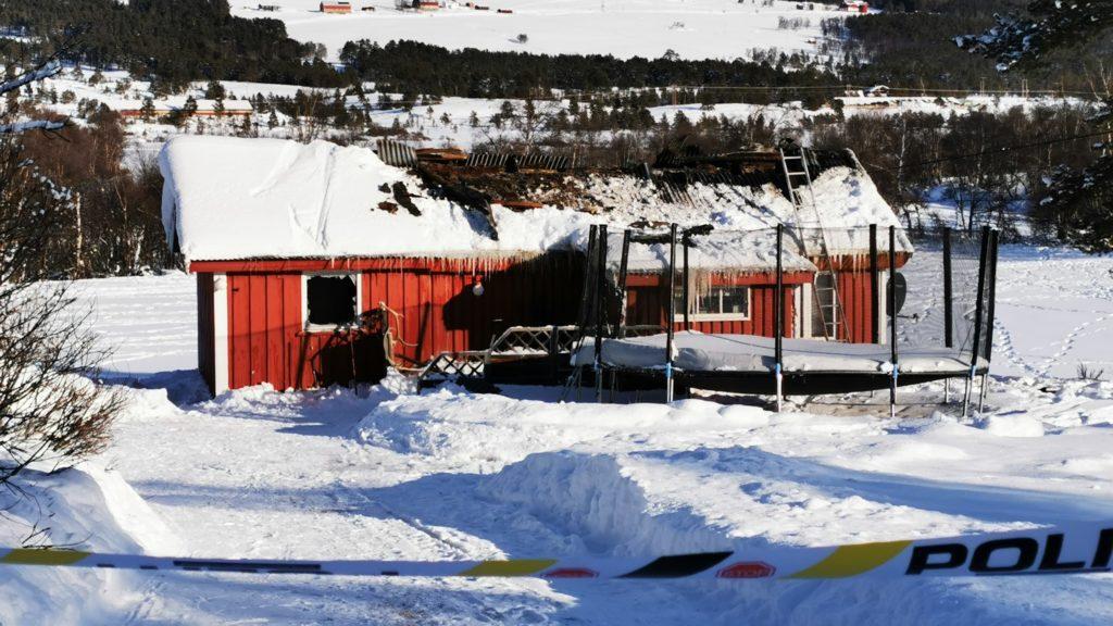 STORE SKADER: Hytta som brant fikk store skader. Foto: Folldalsportalen