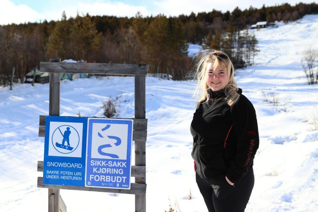 UTVIDER: Marte viser fram området hvor de skal utvide bakken. I dag er det bare ubrukte fiskedammer og skog der. Neste år håper de at en ski- og snowboardpark står klar til bruk der.
