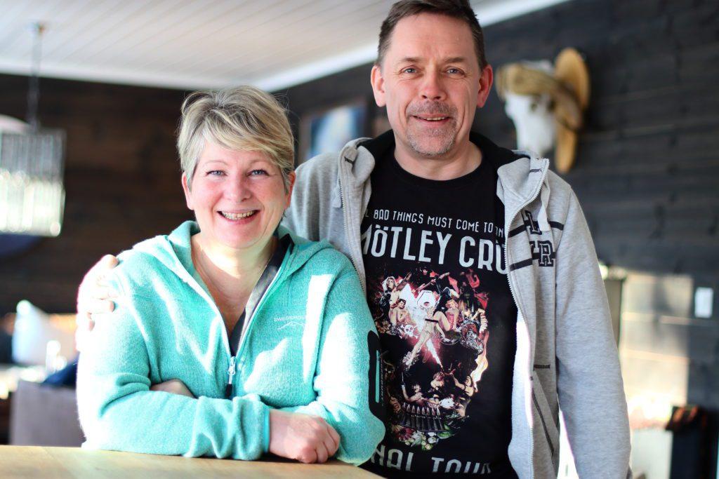 TRIVES: Lene Camilla og Carl-Ole Uhlen trives godt etter ett år i sitt nye hjem og nye hjemkommune. Det samme gjør sønnen Iver. Han var på skola da bildet ble tatt.