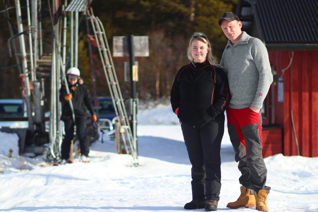 DRIVER SAMMEN: Marte Dalløkken Dundrud og Ronny Bjørnli driver Fjellsyn Skiheis AS sammen. Vinterferien har gitt godt besøk i skiheisen.