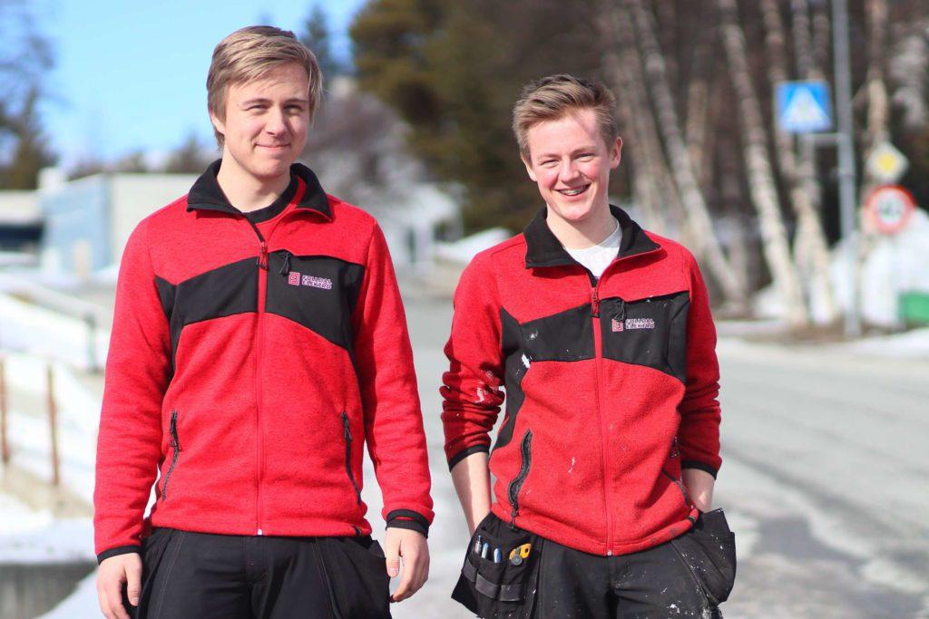 PRAKSIS: Amund Kristoffersen, til venstre, og Christian Lillekroken er i disse dager ute i praksis hos Folldal Elektro. I starten av juli begynner de sin reise mot fagbrevet. Da starter nemlig lærlingetiden. To og et halvt år senere blir de ferdig.