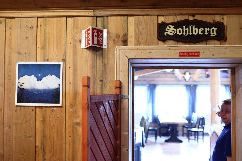 SKRUDD FAST: Bildene av Sohlberg - og alle andre bilder - har blitt skrudd fast med solide skruer eller plassert bak glass. Hvis ikke forsvinner de med turistene. Bildene blir rett og slett revet ned fra veggen.