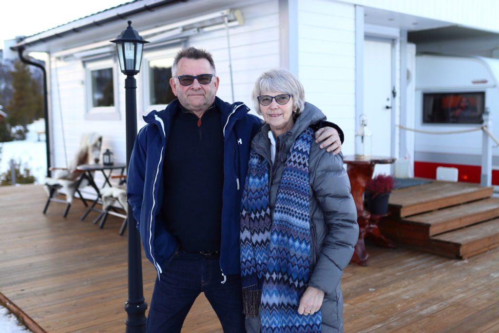 TRIVES: Solveig og Kristian Thoresen trives godt i Dalholen. Det er klimaet og naturen som trekker dem hit år etter år. Det og menneskene i bygda. Derfor har de etablert seg med tilnærmet permanent plass på Fjellsyn camping.