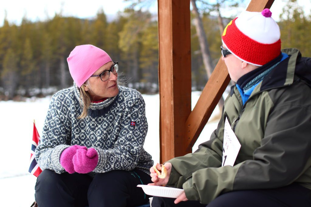GOD TID: Ordfører Kristin Langtjernet tok seg god tid og var med nesten hele dagen. Her snakker hun med Anne Line Ståland.