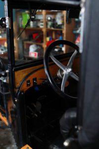 UMODERNE: T-Forden var en veldig moderne bil i sin tid, men i dag virker kontrollene gammeldagse og vanskelige å bruke. Bremsen er helt til høyre og det finnes hverken clutch eller girspake. Skal du opp i hastighet langs veien bør du huske å justere tenninga. Det gjøres ved rattet.