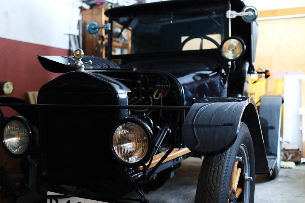 INNENDØRS: I kjelleren har John Nyvoll en 1922-modell T-Ford speedster. Vinteren har blitt brukt til å overhale girkasse og bremser. I garasjen blir den til snøen har forsvunnet.