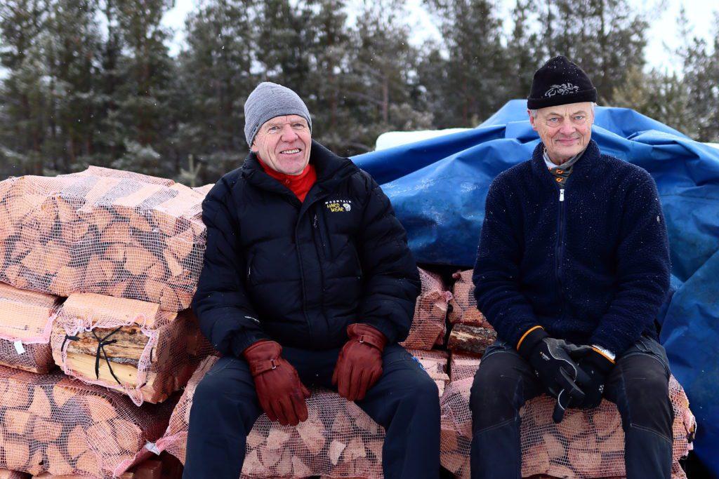 MANGE PRODUSENTER: Det er mange små produsenter av ved i Folldal. Lions selger ved for å finansiere veldedig arbeid både lokalt, nasjonalt og internasjonalt. Fra venstre: Jon Bjarne Rotneberg og Henry Nilsgård.