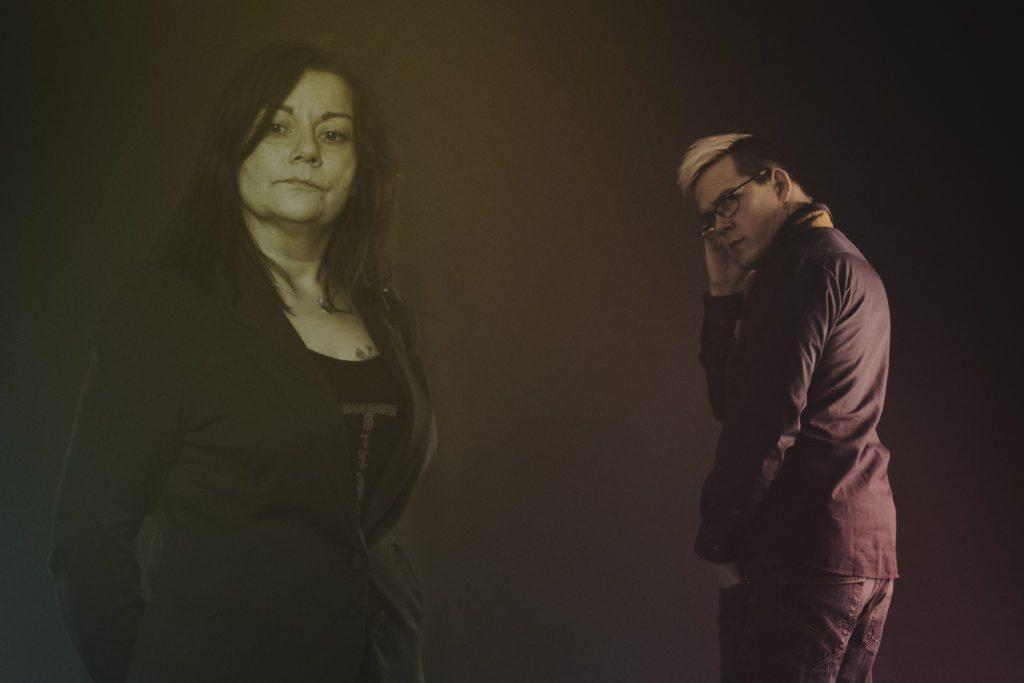 DARK ARTS ALLIANCE: Lajla Pentha Røe og Lars Nerbø utgjør firmaet Dark Arts Alliance. De skal være en totalleverandør av reklametjenester for bedrifter i Fjellregionen - i første omgang. Foto: Dark Arts Alliance.