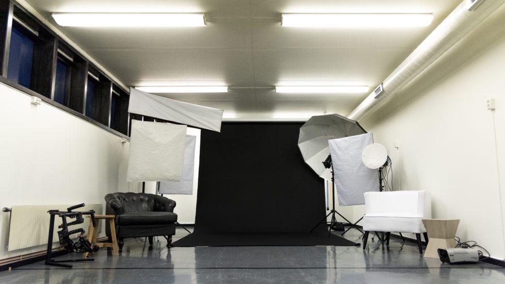 STUDIOET: I andre etasje av rutebilstasjonen ligger studioet til Dark Arts Alliance. 600-700.000 har blitt brukt på å pusse opp det pluss kontorlokalene i samme etasje, ifølge Nerbø. Han roser alle folldølene som velvillig har stilt opp og hjulpet til.