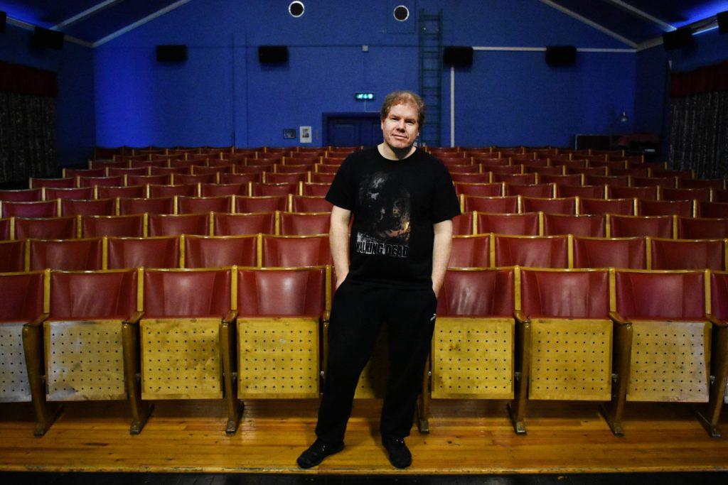 HOLDT ÅPENT: Ronny Bekken Larsen har holdt Folldal kino åpen gjennom store deler av 2020, mens andre kulturaktiviteter har blitt avlyst. Per i dag holder de stengt, men håper å åpne igjen den 24.