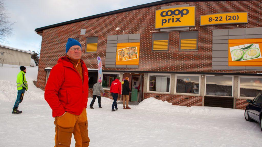 Arne Lohn i Folldal turlag var imponert over mye av det gode turutstyret som nå er fritt tilgjengelig for utlån fra BUA. Blant utstyret er fjellski, pulk, soveposer, og truger. BUA har lokaler i kjelleren hos Coop Prix. Foto: Lars Vingelsgård