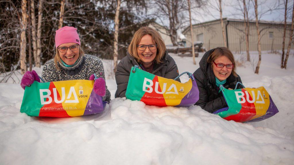 PRØVEKJØRT: Ordfører Kristin Langtjernet, Åse Nøkleby Brendryen og Anette Streitlien tok BUA-mattene ut for en tur i snøhaugen. Foto: Lars Vingelsgård
