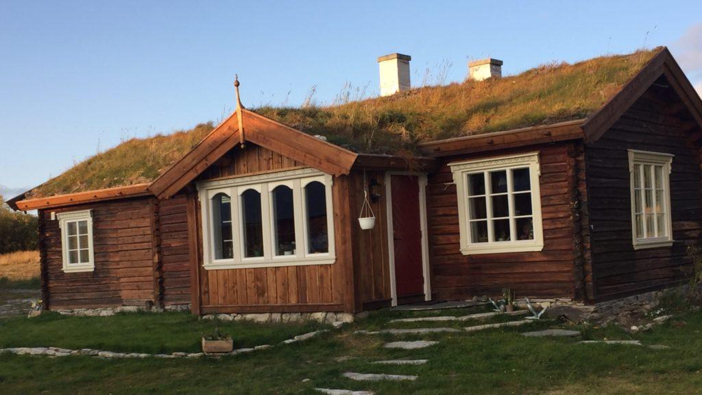 FIKK 80 000: Øyvind og Åsa Bakken-Berg fikk tilsagn på 80 000 kr til restaurering av Gammelstua på Søre Øyen i 2018. Foto: Øyvind Bakken-Berg