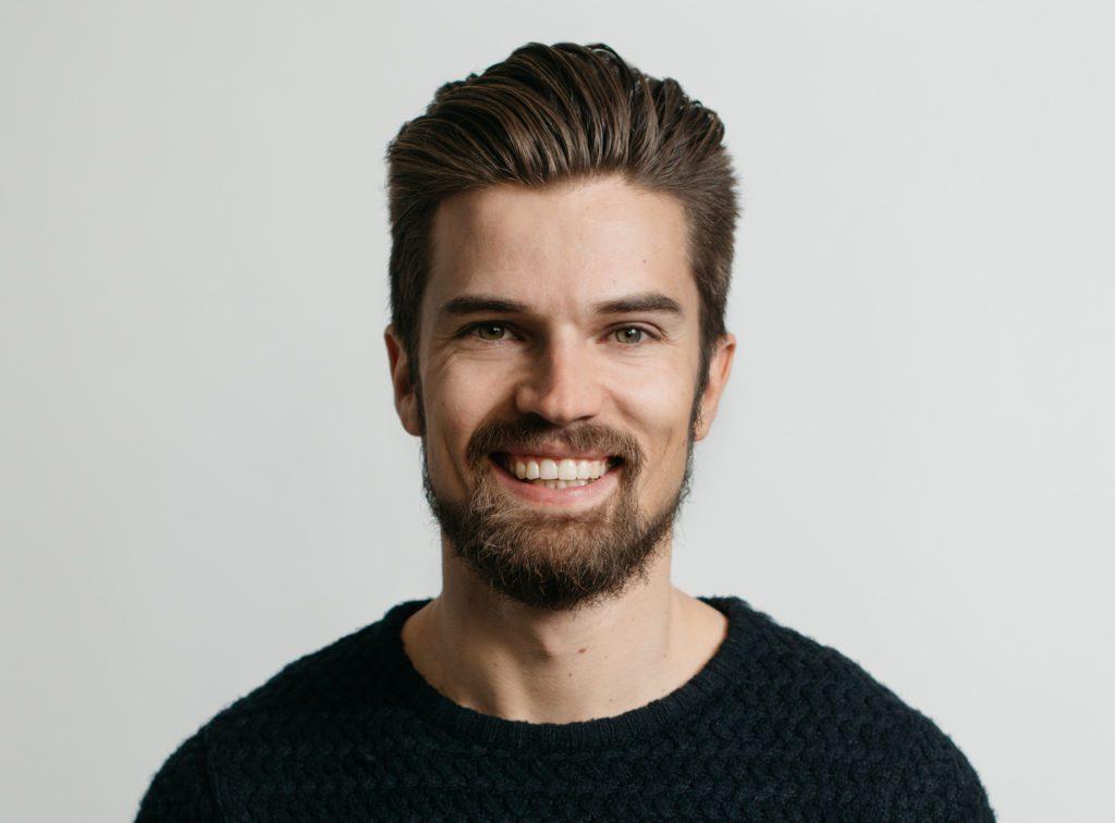 SKUESPILLER: Heikki Slålen har store deler av slekta si i Norge og Folldal. Nå er han aktuell i den svensk-finske serien White Wall i tillegg til at han har en sentral rolle i eurovisjon-sendingene i Finland.