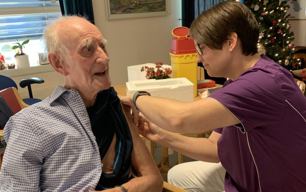 FØRSTE I FOLLDAL: Egil Moastuen var veldig glad for å få vaksine av helsesjukepleier Mari Husom Dalen. Bildet publiseres etter samtykke. Foto: Else Laila Tuveng