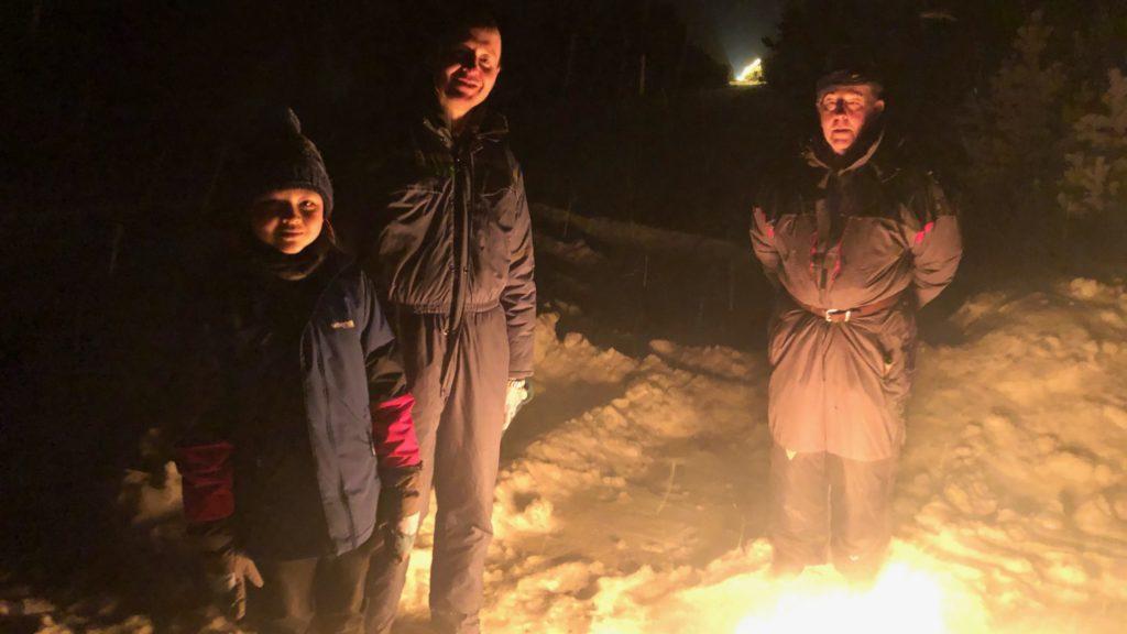 BÅLMERKERING: Sebastian, 12 år, Kjartan og Ola Garmager brente bål i Dalholen som del av kampanjen for å sette fokus på rovdyrforliket. Foto: privat