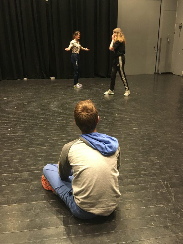 SKUESPILL: Deltakerne på høstens teaterkurs øver seg på skuespill.