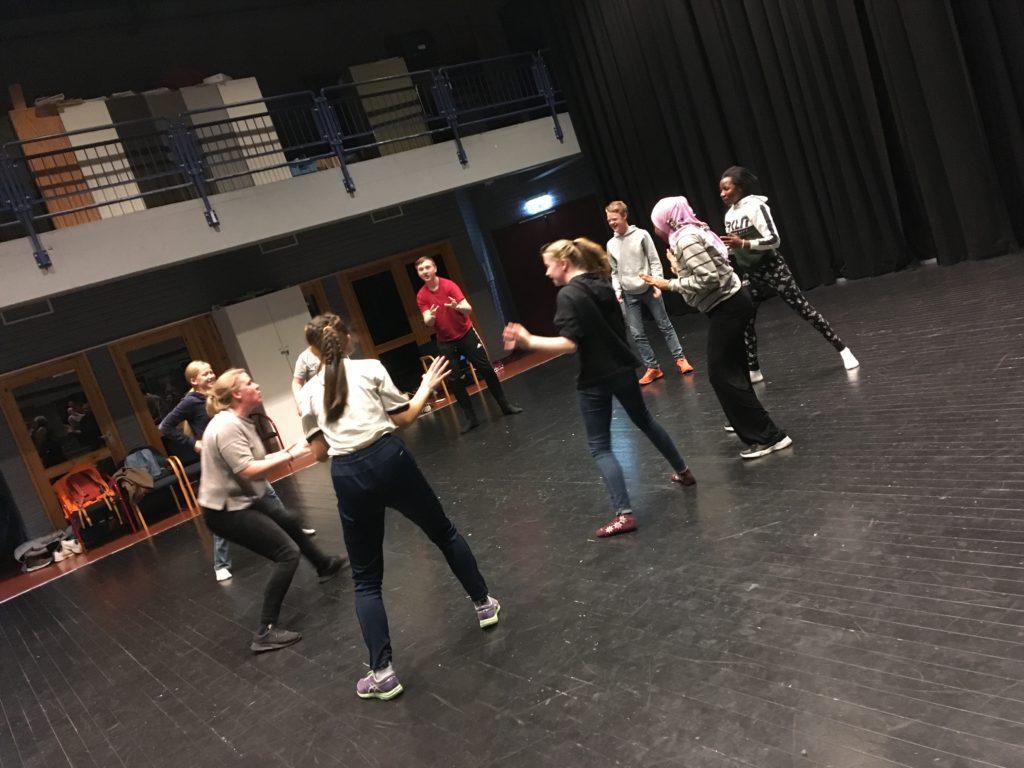 KURSER: Simen Gloppen, danser og koreograf fra Oslo, kurser ungdommer fra Os, Tynset og Alvdal i dans. Dette bildet er fra kurset som ble arrangert i høstferien. Nå arrangerer Teater i Fjellregionen et nytt kurs for ungdom, denne gang i vinterferien.