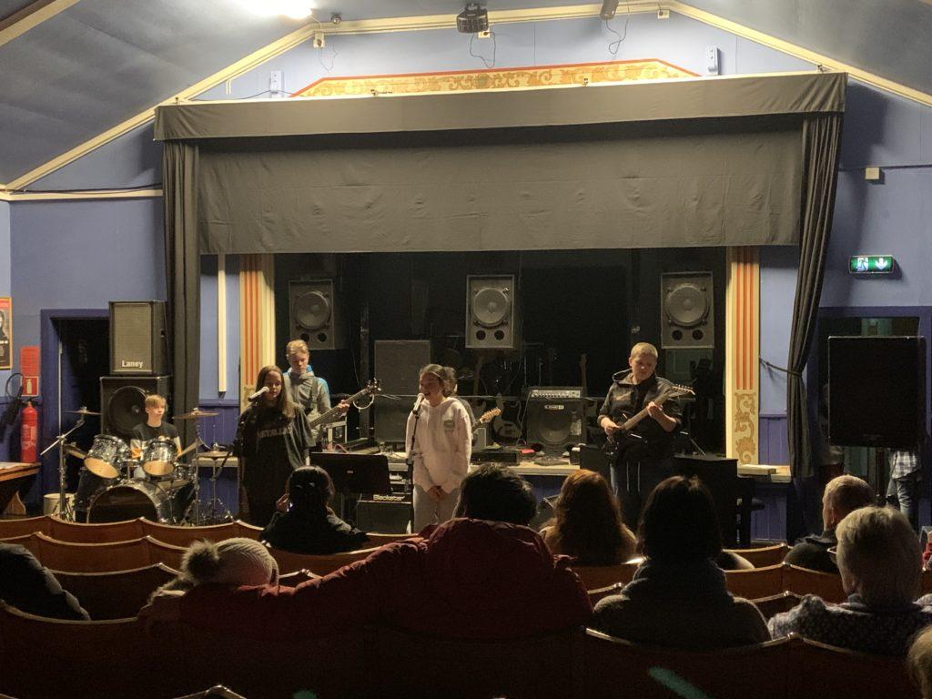 VANLIG KONSERT: Inne i kinosalen i Follvang ble det arrangert en vanlig konsert etter at dansegruppene var ferdig. Det var bare plass til 60 personer, og ifølge kulturskolerektor Arne Olav Vårtun ble det akkurat plass til alle foresatte.