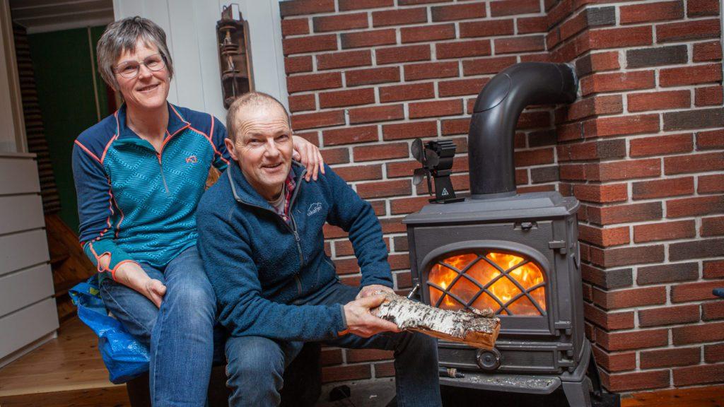 Oddfrid Eriksrud og Ola Hansen Eriksrud sitter heller foran vedovnen enn foran tven. Selv fyrer  de med andresorteringen av veden de produserer. Den fineste veden selges i småsekker. Foto: Lars Vingelsgård